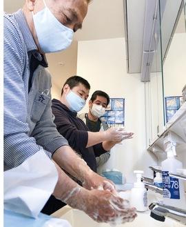 マイスターの指導で手洗いを実践する小坂公造施設長(手前)と利用者(中)