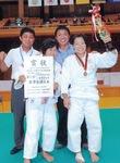 ひよりさんが入賞した全国大会の会場で古賀さんと共に写真に納まる小長井教諭(写真左=本人提供)
