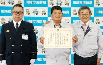 杉山署長(左)と石井さん(中央)、長沼代表