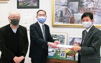 高橋区長(当時/右)と石川会長(中央)、白倉座長