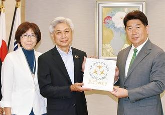 右から福田市長、芳見社長、笹久保副代表
