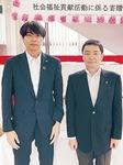 贈呈式に出席した橋本議長(左)と藤井取手市長=組合提供