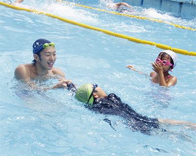 地元企業、水泳授業をサポート