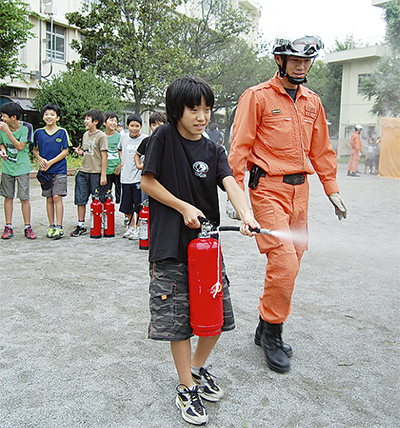 学校キャンプで消防訓練