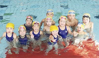 友達と一緒に泳ぐ、楽しむ