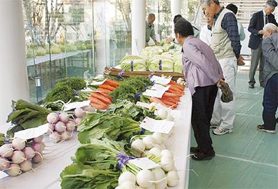 農家自慢の生産物並ぶ