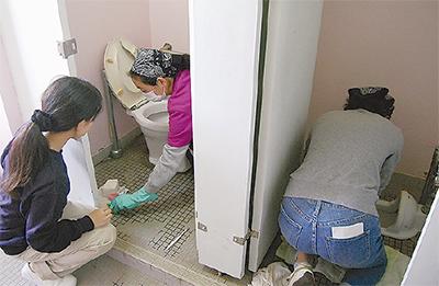 保護者らがトイレ清掃