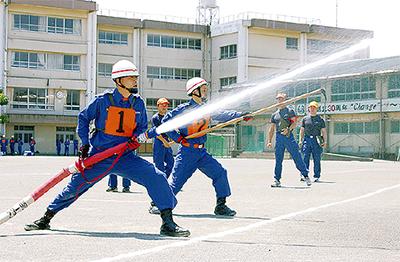 消防団が放水競う