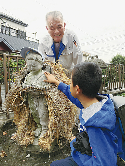 優しい表情の金次郎像と佐藤さん