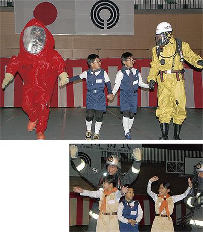 生物兵器に対応する防護服など10種類の服が登場。少年消防クラブ隊員とウォーキングを披露した