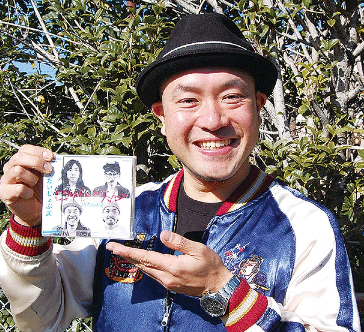 CDを手に笑顔の齋藤さん
