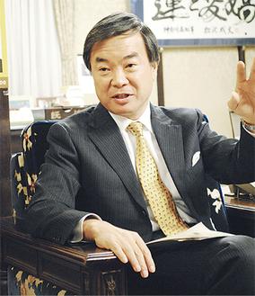 インタビューに応える松沢知事