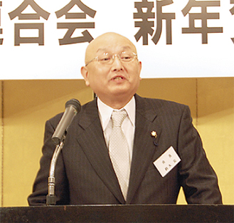挨拶する鈴木宏会長