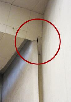ホールの壁と天井の間に損傷がある