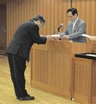 (写真下)阿部市長から委嘱状が手渡された