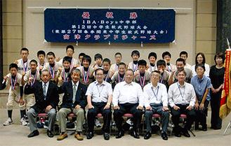 阿部市長(前列左から3番目)に意気込みを伝えた高津クラブドジャースナイン