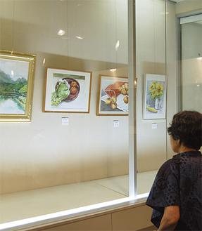絵画サークル会員の力作が展示されている