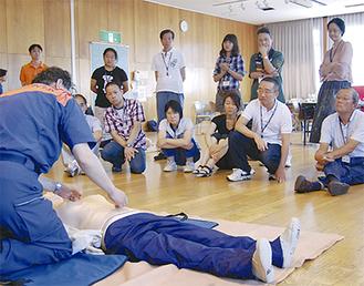 普通救命講習も行われ、参加者たちは真剣な表情でAEDの取り扱い方などを学んだ