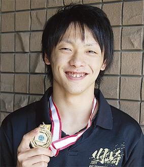 笑顔で金メダルを手にする高橋さん