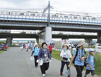 多摩川沿いを歩く参加者
