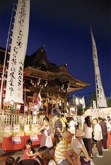参拝客で賑わう溝口神社(前夜祭)。例大祭は多くの住民が待ちわびる楽しい催しだ