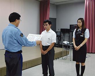 鳴海署長から戸張大輔さん(中央)と上岡咲絵さんに感謝状が贈られた