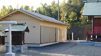 43年振りに建替えられた社務所(左)