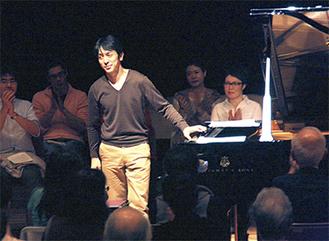 演奏を終え、拍手喝采を浴びる川村さん