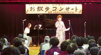 来場者と一緒に楽しむお散歩コンサート(ステージ中央が古渡さん)