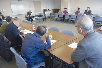 講師と参加者が同じ目線で語り合う(写真は第3回講座)