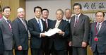 12月5日、川端総務大臣(左から3人目)に要望書を手渡した