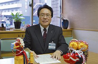 インタビューに答える船橋区長。手前は岩手県・福島県の民芸品。