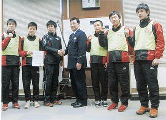 鳴海署長(中央)と記念撮影をする前田監督と部員