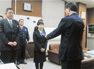 感謝状を受け取る菅谷さん(中央)と小野寺支店長(左)