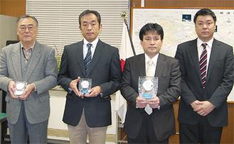 本部長褒章を受章した(左から)中山さん、川邉さん、前田さん、東京新聞の谷潤さん