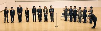 若林教授(中央)ら受賞者8人と審査員ら