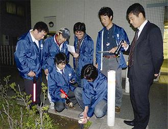 線量計を使い、放射線量を測定する青年会議のメンバーら。結果はインターネット上で公開する