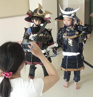 甲冑姿の子どもを記念撮影