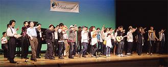 舞台上でパフォーマンスを披露する参加者たち