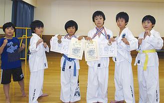 同道場に所属する生徒。金メダルと賞状を掲げる山内君(左から3人目)と小沼君