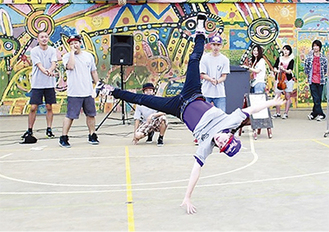 迫力のあるダンスを披露するRAW SKOOLのメンバー