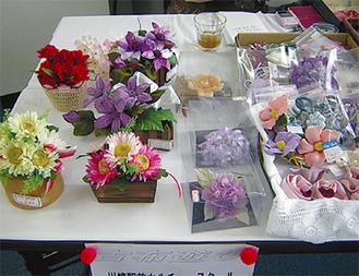 さまざまな手工芸品を展示
