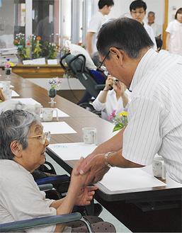 施設利用者の長寿を祝う阿部市長(右)