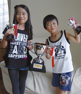 優勝カップを手に笑顔の里奈さんと翔太君