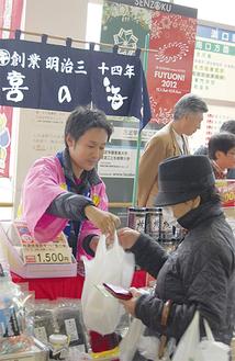 通行人らに地元商品の魅力をアピール