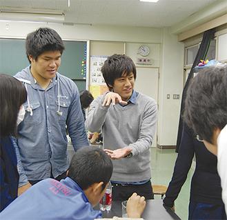 熱心に生徒に語りかける大学生(中央の2人)