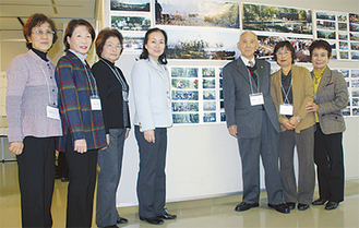 遠藤さん(右から3人目)らが資料を展示