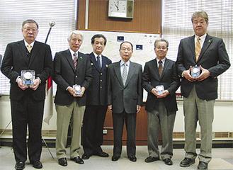 章を受章した(左から)金子支部長、秋元さん、青木署長、宮田良辰高津防犯協会会長、小宮さん、森さん
