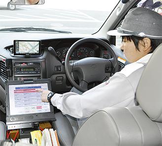 救急車に取り付けられた端末を通じて、救急隊員が最新の情報を入力することができる