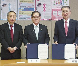 18日に協定を交わした阿部孝夫市長(中央)と川崎市医師会の高橋章会長(右)、市健康安全研究所の岡部信彦所長(左)